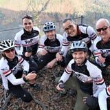 Auf dem höchsten Punkt des Kantons Thurgau: Die sieben Vereinsgründer stossen auf ihr Projekt an. Agnes Hürlimann, Nick Albrecht, Peter Hürlimann,Fredy Röthenmund und Paul Brunschwiler(hinten) sowie Daniel Schochund Roman Leuch (vorne rechts) bilden zugleich auch den Vorstand des Vereins Flowtrail Tannzapfenland. (Bild: PD)