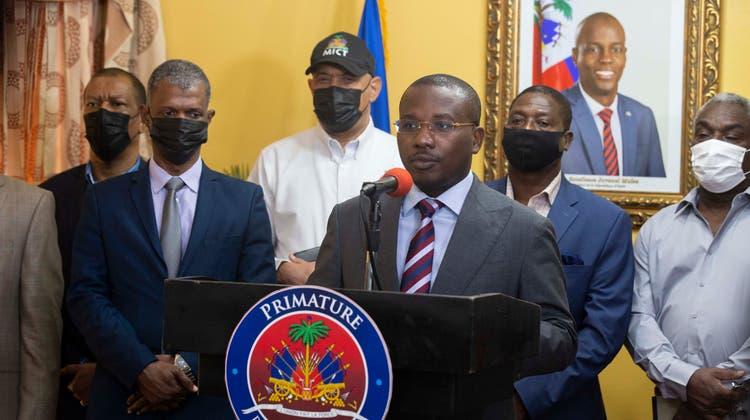 Interims-Präsident Claude Jospeh an einer Medienkonferenz. (AP (8. Juli 2021))