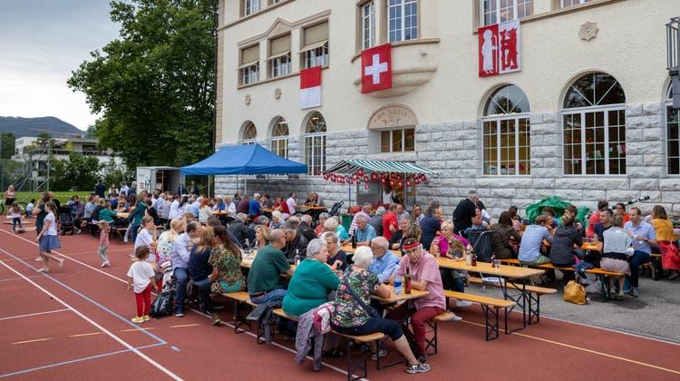Erst war's noch ganz gemütlich vor dem Alpschulhaus in Wangen bei Olten; mit dem Regen zogen die Besuchenden in die Festhalle Alp um. (Patrick Luethy)