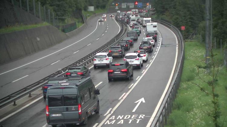 Vor dem Gotthardtunnel bei Göschenen staut sich der Verkehr am Sonntag auf bis zu 11 Kilometern. (Screenshot: Webcam Gotthard Strassentunnel)
