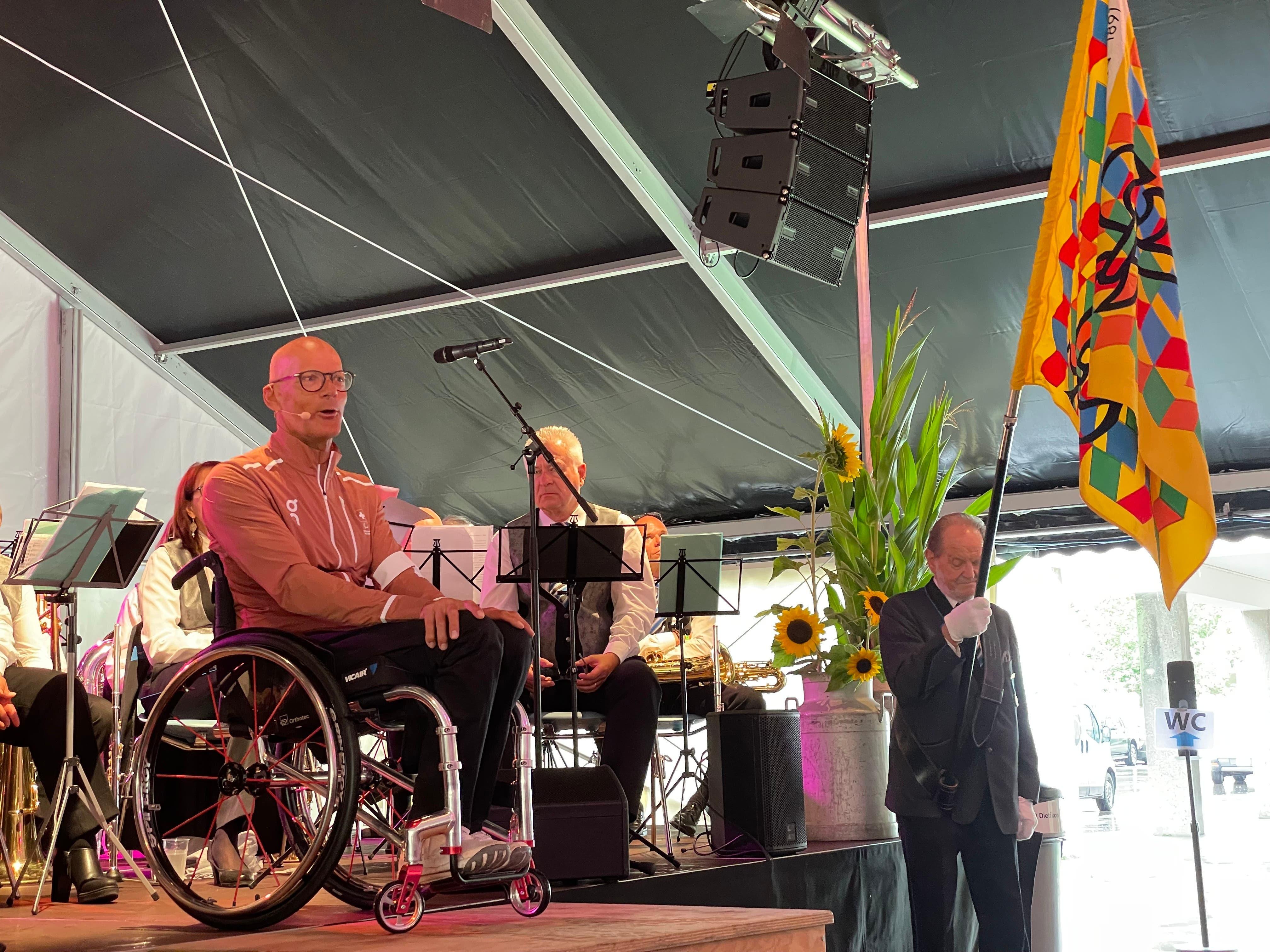 Rennrollstuhl-Legende Heinz Frei trat im Festzelt mit seinem offiziellen Tenue für die bald startenden Paralympics auf, an denen er mit 63 Jahren nochmals teilnehmen wird.