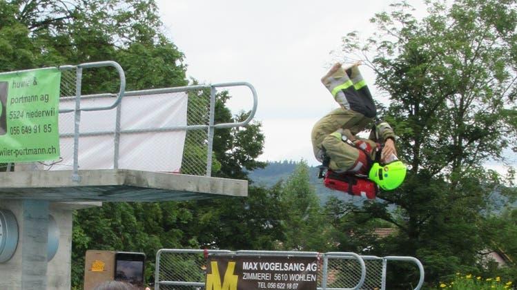 Konkurrenzkampf auf dem Sprungturm: am «Big Splash Contest» wurden Kostüme und Choreografie bewertet