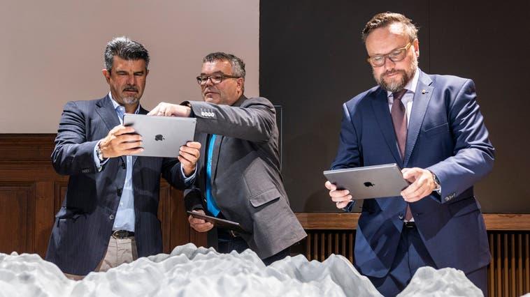Astra-Vizedirektor Guido Biaggio, Göschenens Gemeindepräsident Peter Tresch und der Urner Baudirektor Roger Nager (von links) probieren das interaktive Ausstellungsmodell aus. (Bild: Patrick Hürlimann(Göschenen, 1. August 2021))