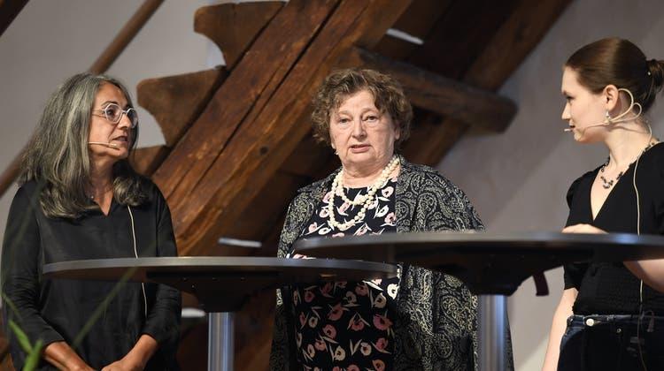 Von links nach rechts: Kathrin Scholl (alt Stadträtin und ehemalige Grossratspräsidentin, SP), Marianne Tribaldos(alt Einwohnerratspräsidentin, Die Mitte) und Anna Staub (Kampagnenleiterin und Vorstandsmitglied der Jungfreisinnigen Aargau) waren zum Podium anlässlich der Bundesfeier 2021 eingeladen. (Alexander Wagner)