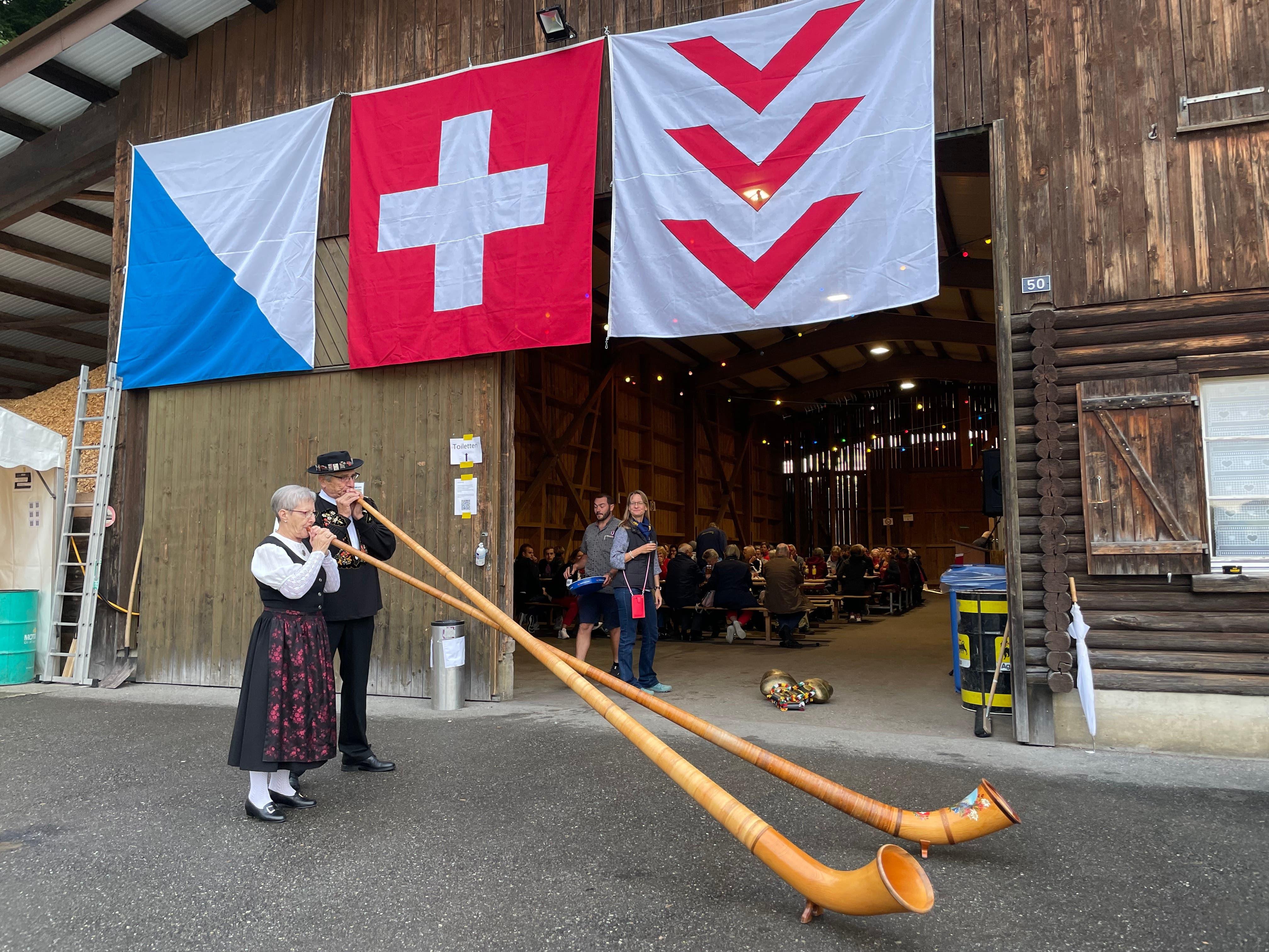 Vor den Festansprachen spielten Erika und Albert Wey aus Birmensdorf ein Alphornkonzert.