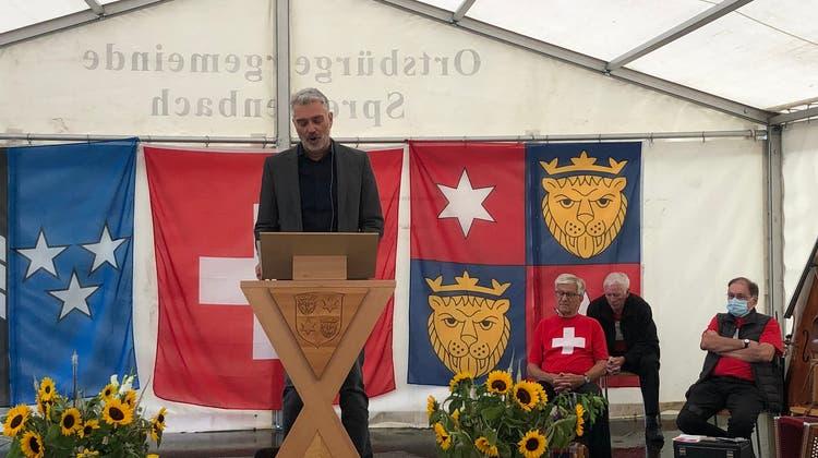 Sandro Brotz bei seiner Ansprache in Spreitenbach – er rief unter anderem dazu auf, Menschen mit Behinderung sichtbarer zu machen. (Céline Sallustio)