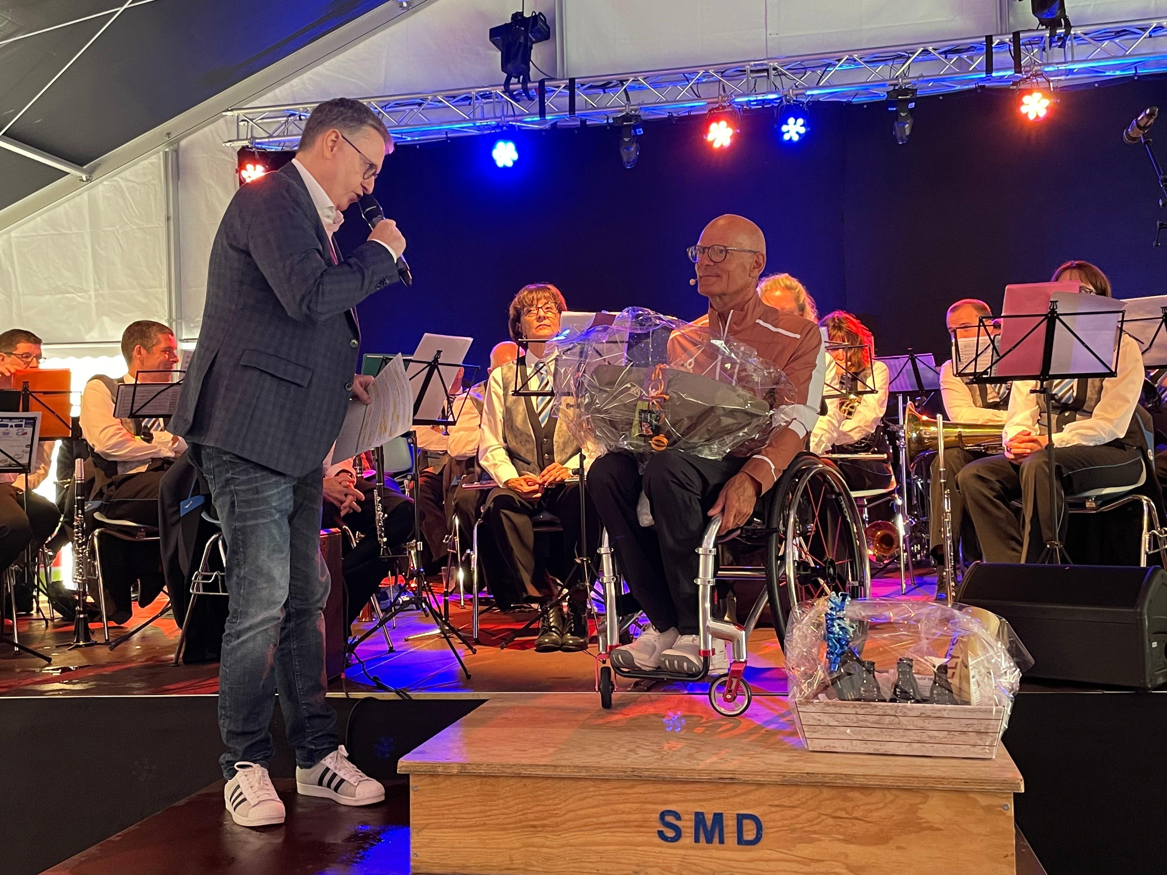 Stadtpräsident Roger Bachmann (SVP) dankte und beschenkte Redner Heinz Frei.