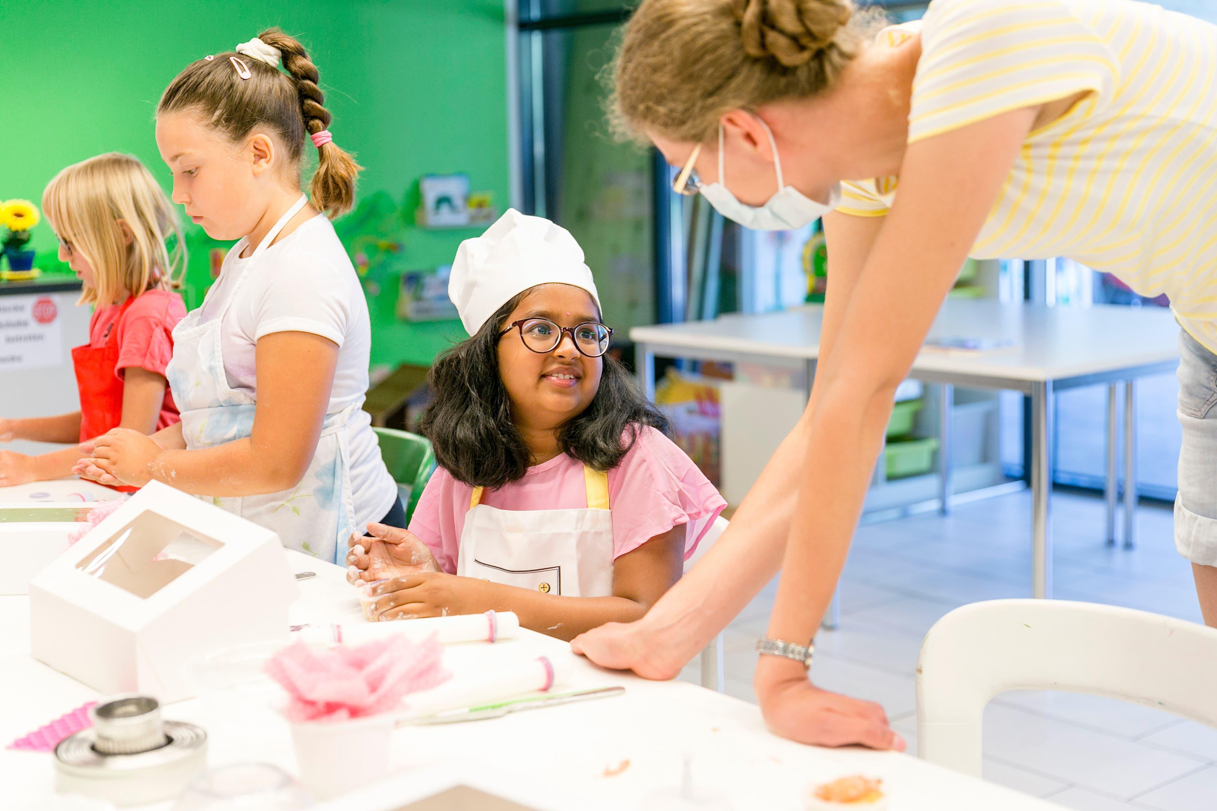 Die achtjährige Sahasra unterhält sich mit Kursleiterin Elena Ciglic über die Dekoration der Cupcakes. Der Familien-Verein Urdorf hatte den Kids-Cupcake-Workshop neu ins Ferienspass-Programm aufgenommen.