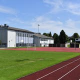 Die geplante Turnhalle soll südlich an die bestehenden beiden Mehrzweckhallen angebaut werden. Das wäre rechts des Gebäudes. (Bruno Kissling)