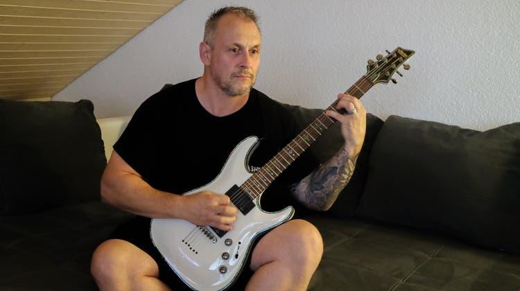 Die E-Gitarre hat er mit 18 Jahren nach dem Ausgang bei einem Kollegen zu Hause entdeckt. Seither gibt es für ihn kein anderes Instrument. (Bild: Rahel Künzler)