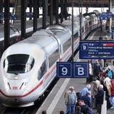 Reisende warten auf dem Bahnsteig im Hauptbahnhof Basel, um in den einfahrenden ICE nach Dortmund einzusteigen. Reisen nach Deutschland dürften in den nächsten Tagen mehr Geduld erfordern als sonst, denn die deutschen Lokführer treten in Streik. (Peter Fischli)