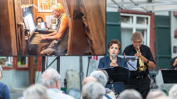 Carillon-Konzert 2020: Carilloneur Hubert Schäpper im Turm, Sopranistin Stefanie Gnifke und Trompeter Peter Roschi unten auf der Gasse. (Fabio Baranzini)