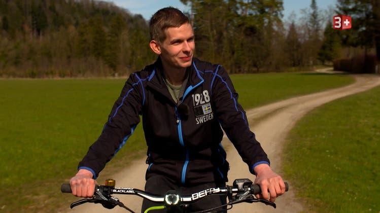 Jungbauer Röbi verbringt seine Freizeit gerne auf dem E-Bike. (Bild: 3+)
