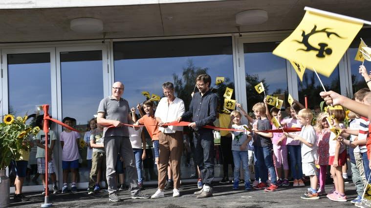 Gemeindeammann Franziska Baggenstos eröffnet gemeinsam mit den Verantwortlichen der Baukommission die neue Doppelturnhalle in Oberrüti. (Melanie Burgener)