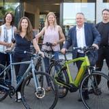 Organisatoren und Sponsoren stehen vor dem Gebäude der Tour de Suisse Rad AG. (Bild: Johanna Lichtensteiger)
