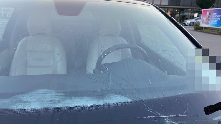 An der Luzernerstrasse in Muri wurde ein Fussgänger beim Überqueren der Strasse übersehen und angefahren. Er wurde leicht verletzt. Dem Autofahrer wurde der Führerausweis entzogen. (Kapo AG)
