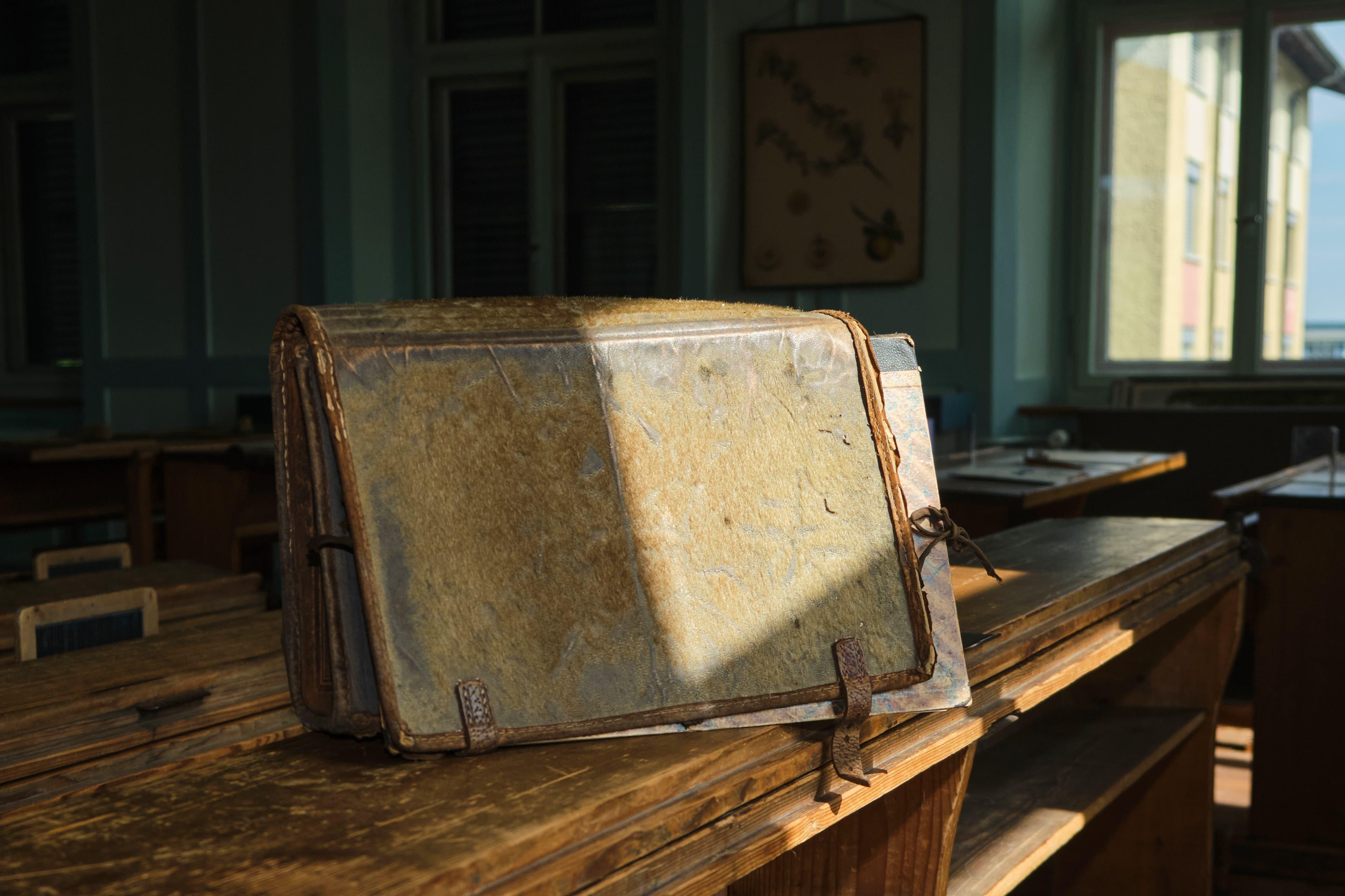 Eines der ältesten Modelle im Schulmuseum Mühlebach. Und eines der wenigen, dessen Vergangenheit genau bekannt ist: Dieser Schulthek wurde von einem Hans Baumann (geboren 1918) ab 1925 verwendet. Er ging damit zur Primarschule, in die Sek und an die Kanti.