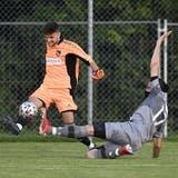 SchöNie-Goalie Michael Simic gegen Rafed Bayazi vom FC Windisch im Kickoffspiel der 2. Liga AFV. (Alexander Wagner)