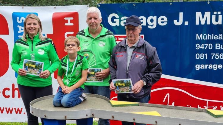 Siegerpodest des Turniers in Buchs: Angelika Grass, Hans Hardegger und Hans Michel (von links), vorne der beste Junior Luca Müntener. (PD)
