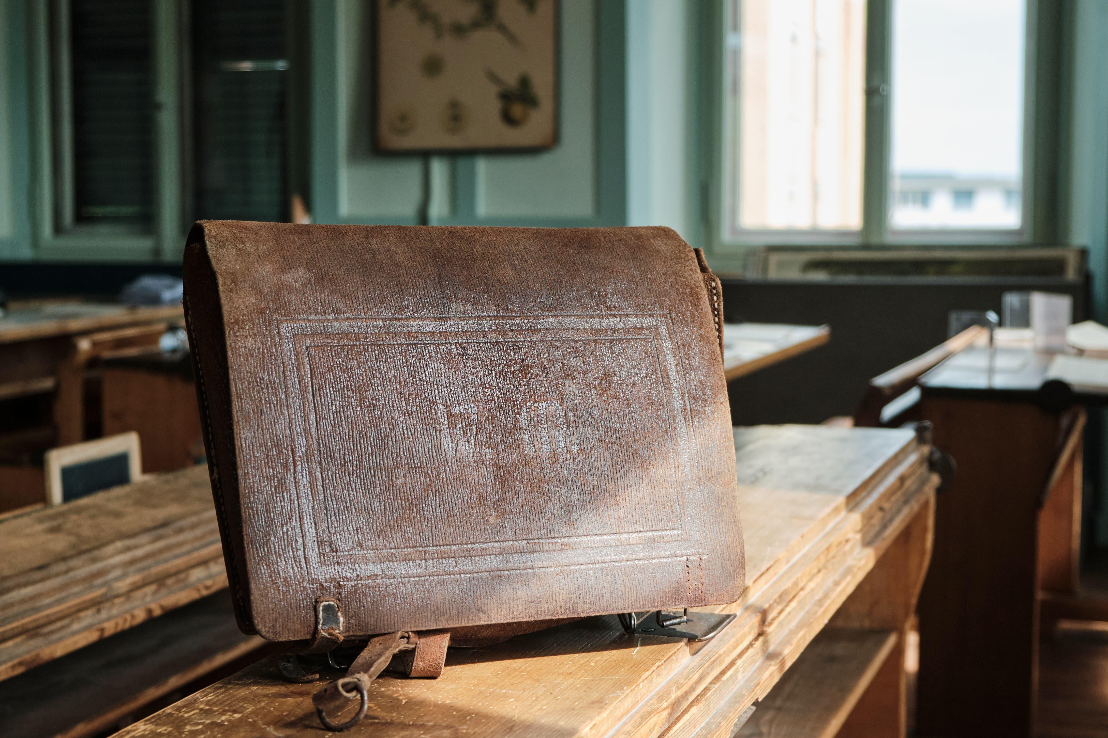 Ein klassischer Bubenthek mit langer Lasche, ebenfalls aus den 1920er-Jahren. Die Lasche ist mit einer Prägung «W.M.» versehen, vermutlich das Kürzel für den Hersteller.