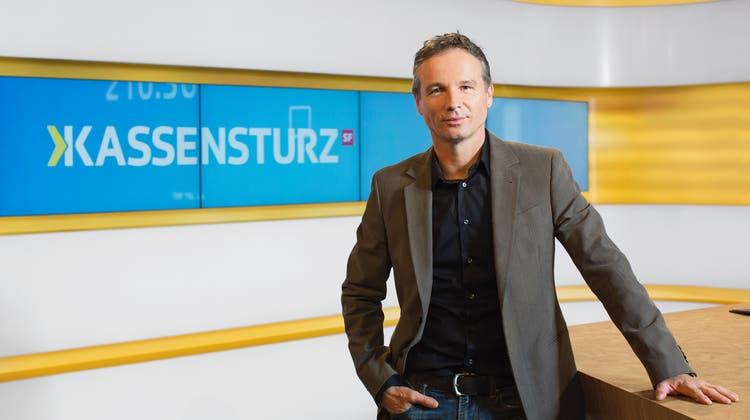 Hat im Alter von 60 Jahren gekündigt: Moderator Ueli Schmezer. (Gian Vaitl / SRF)