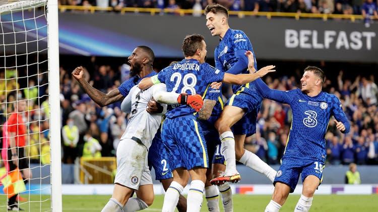 Nach dem entscheidenden Penalty gab es kein Halten mehr: Die Feldspieler des FC Chelsea feiern gemeinsam mit Torhüter Kepa den Sieg. (Keystone)