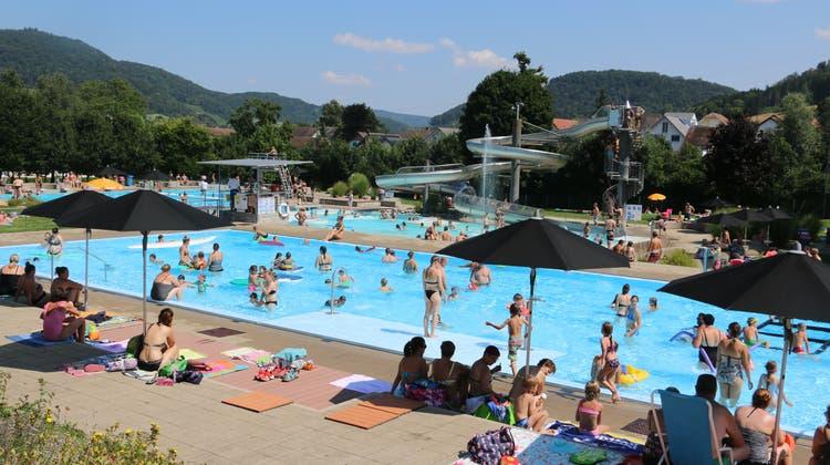 Das Fricker Freibad war an diesem Mittwochnachmittag nach den Schulferien gut besucht. (Dennis Kalt / Aargauer Zeitung)