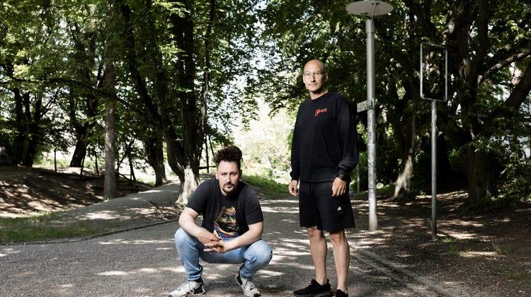 Zwei Experten, wenn es darum geht, den Lauf der Zeit im Schweizer Rap kritisch zu analysieren. (Severin Bigler)