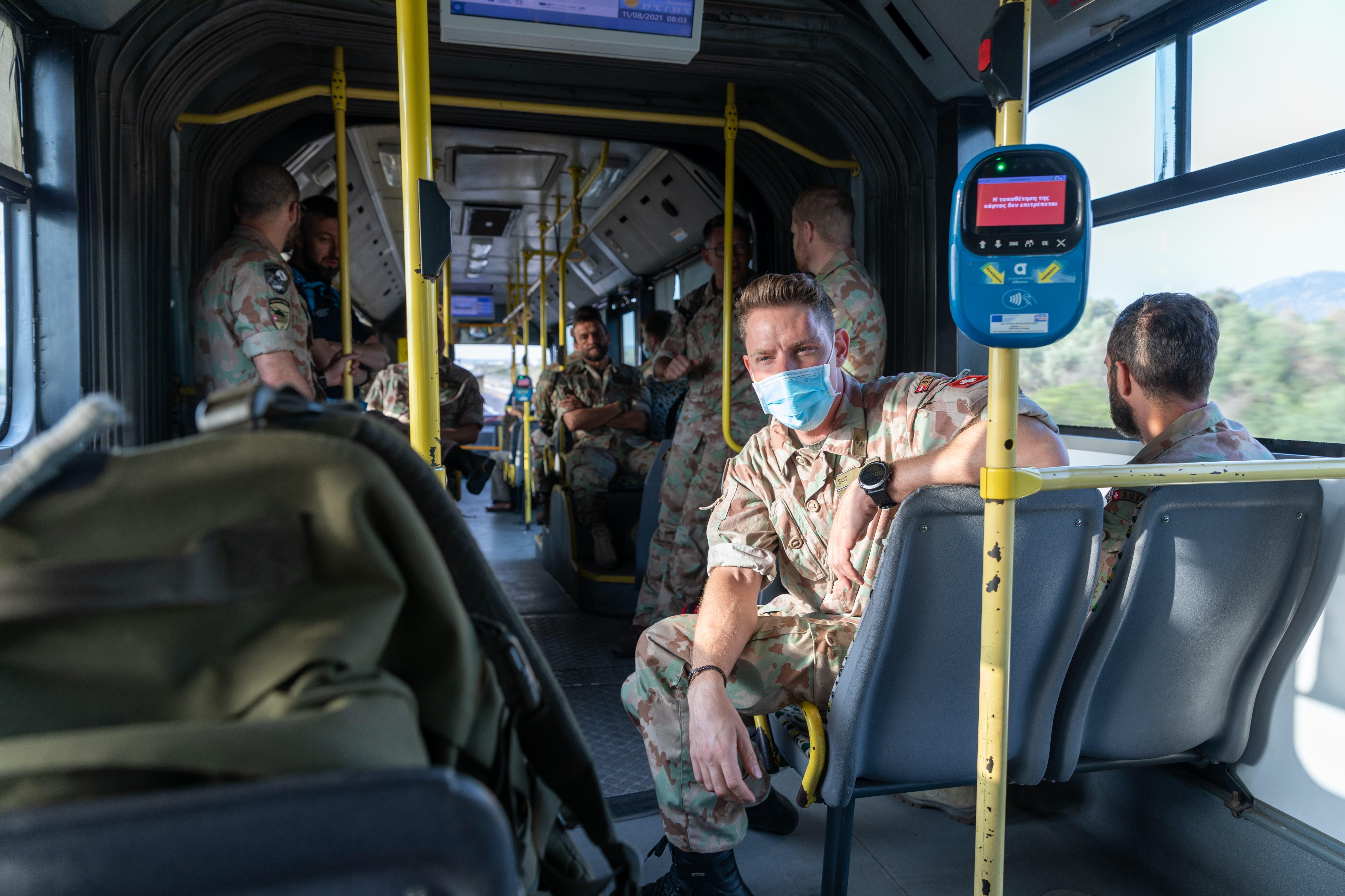 ... und Spezialisten von der Humanitären Hilfe mit dem Bus ...