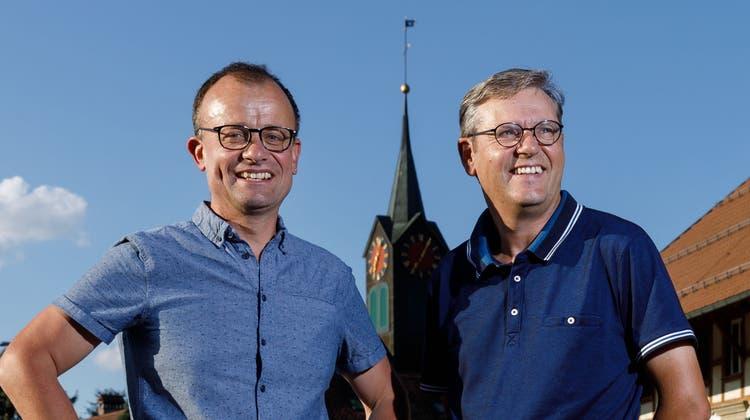Stefan Schluep (links) und sein Nachfolger im Gemeindepräsidium, Martin Willi, im Herzen von Schnottwil. (Hanspeter Bärtschi)