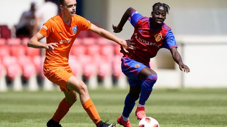 Fabrice Suter (links im Bild mit der U18 gegen den FC Basel) unterschreibt seinen ersten Profivertrag. (Freshfocus)