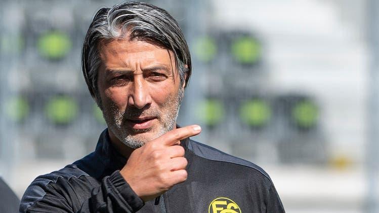 So wollen wir Murat Yakin bitteschön nicht mehr sehen. Aber auch nicht im langweiligen Anzug. (Bild: Toto Marti/Freshfocus)
