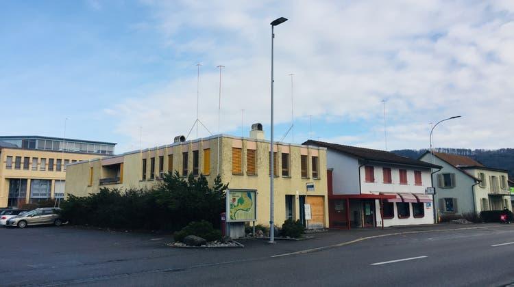 Das ehemalige Post-Gebäude an der Hauptstrasse in Kleindöttingen/Böttstein weicht einem Neubau. (Philipp Zimmermann (Archiv))