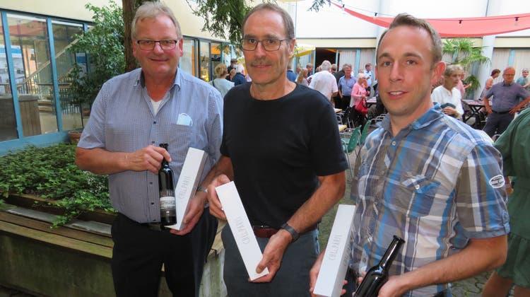 Präsentieren den ersten Wein vom Rebebänklinamens «Chly Paris» (v.l.): Kellermeister Bruno Hartmann (Remigen), Stefan Weber und Hannes Bigler. (Marc Ribolla)