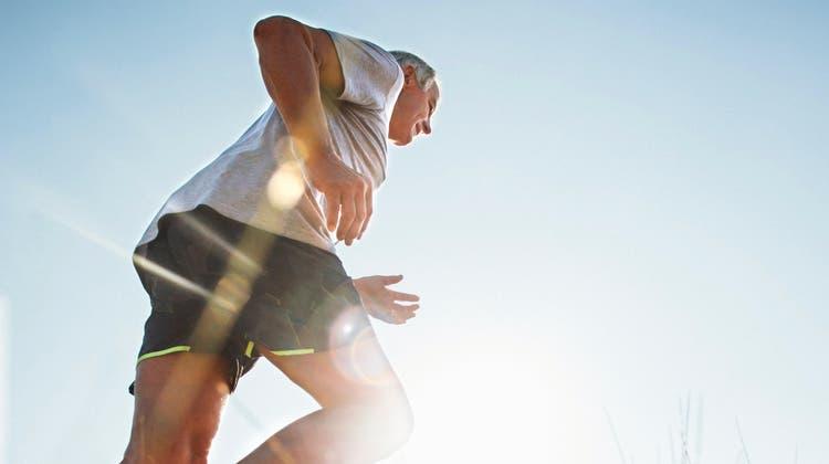 Für Senioren ist es sinnvoll, das Herz untersuchen zu lassen, wenn sie Sport treiben wollen. (Bild: Solstock/iStockphoto)