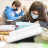 In St.Gallen müssen die Schülerinnen und Schüler ab der Oberstufe wieder eine Maske tragen. (Bild: Ennio Leanza / KEYSTONE)