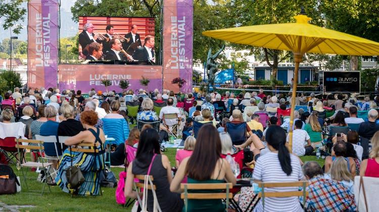 Liveübertragung des Eröffnungskonzerts auf dem Inseli. (Bild: Philipp Schmidli (Luzern, 13. August 2021))