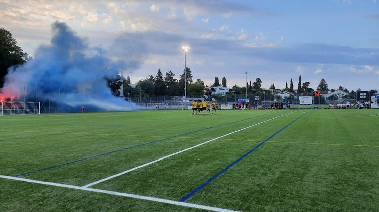 Die Fans des SC Binningen nebeln zu Beginn den Platz ein. (Simon Leser)