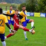 Der FC Klingnau, hier mit Giuseppe Di Raimondo (rot-schwarzes Dress), hat erneut das Ziel Ligaerhalt ausgerufen. (Alessandro Crippa)