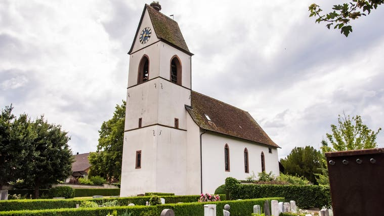 Hinter der weissen Fassade der reformierten Kirche Biel-Benken brodelt es. (Nicole Nars-Zimmer)