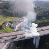Bis das Feuer gelöscht war, mussten beide Fahrspuren gesperrt werden. (Bild: Tino Dietsche)