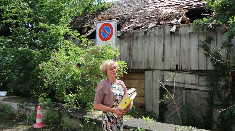 Margrit Kessler steht vor ihrer baufälligen Remise. (Bild: Elia Fagetti)