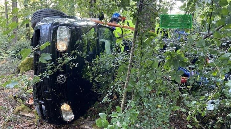 Das Auto kollidierte mit zwei Bäumen und kam auf der Seite liegend zum Stillstand. (zvg/ Kapo AG)