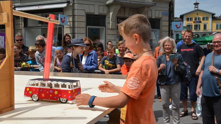 Aus einem Bausatz können junge Konstrukteure in der Badener Altstadt mit Geschick und Fantasie ihr eigenes Mobil bauen. (zvg)