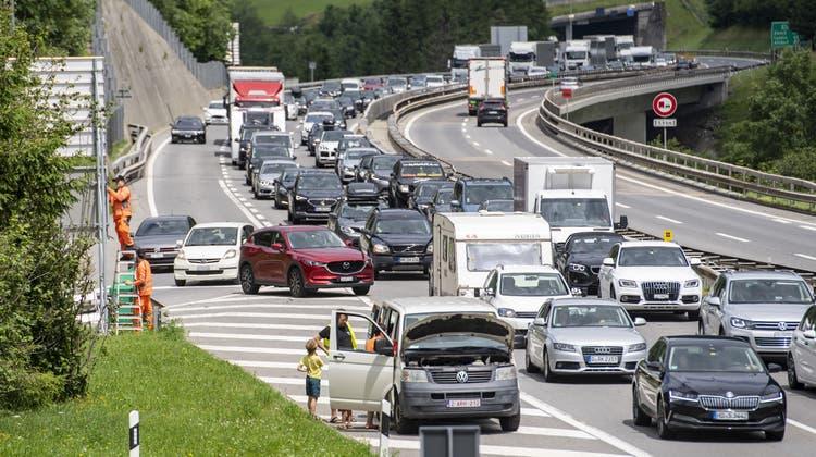 Auch am Sonntag staute sich am Gotthardtunnel der Verkehr. (Archivbild) (Keystone)