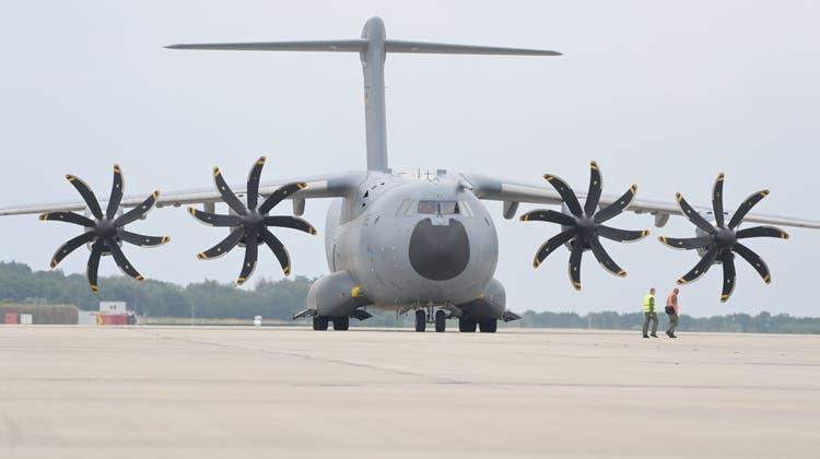 Ein Transportflugzeug vom Typ Airbus A400M der Luftwaffe: Mit diesen Maschinen sollen Helfer aus Afghanistan ausgeflogen werden. (Hauke-Christian Dittrich / dpa-Pool)
