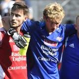 Muss vom Platz begleitet werden: FC-Baden-Goalie Marvin Hübel verletzte sich im Cupspiel gegen Biel schwer. (Alexander Wagner)