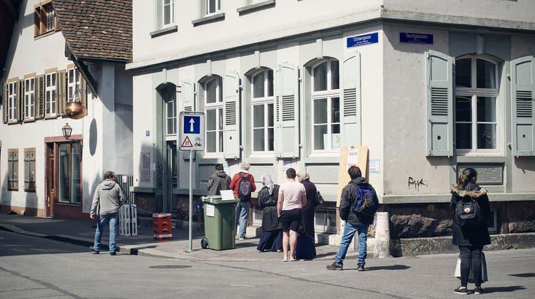 Offensichtlicher Gräben: Basler Bedürftige vor dem Caritas-Laden. (Bild: Roland Schmid(21. April 2021))