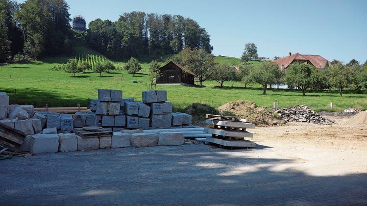 Auf dem Parkplatz hinter dem früheren Gasthof Bad Kyburz will der Grundbesitzer ein Mehrfamilienhaus errichten. Künftige Bewohner haben Aussicht auf den Rebberg und das momentan eingerüstete Schloss Buchegg. (Bild: uby)
