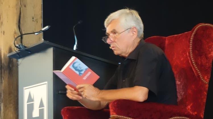 Peter Belart liest an der Vernissage im Salzhaus aus seinem Buch «Als die Armee kam, ging der Teufel los». (Dieter Minder)
